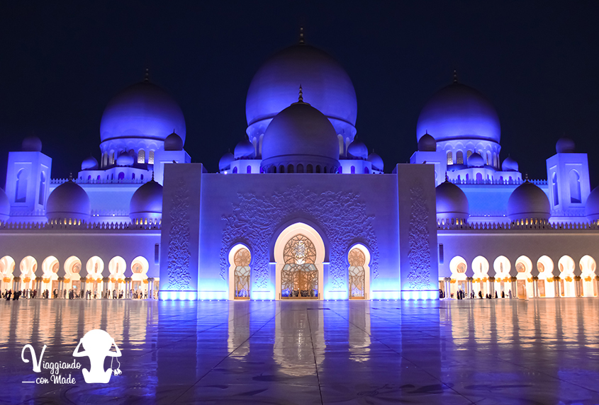 Blue Hour all'interno della Moschea Sheikh Zayed ad Abu Dhabi
